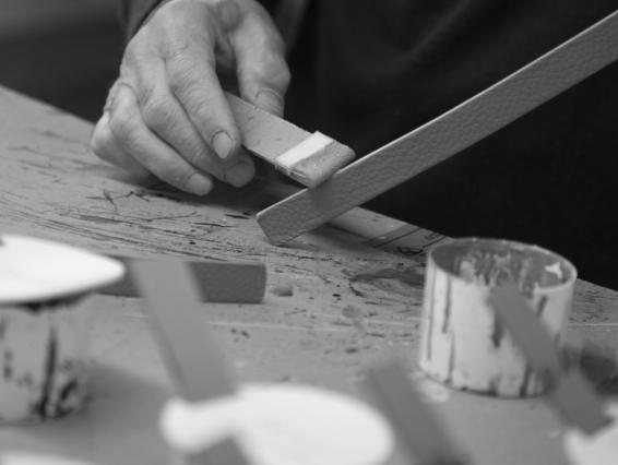 Lavorazione della borsa Monrob fatta in maniera artigianale