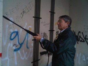 Christian nettoie les Graffitis de la chapelle