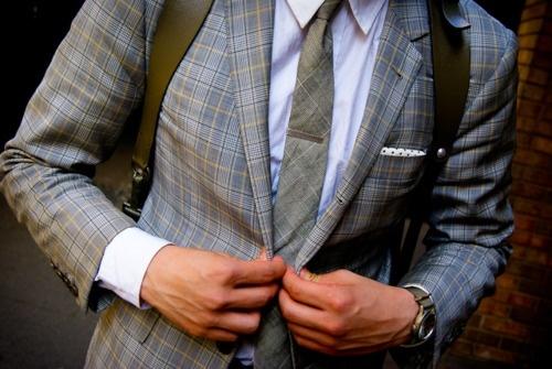 Homme en costume avec un sac à dos