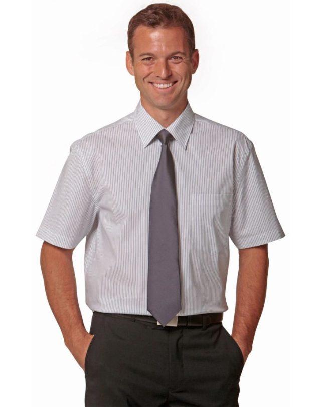 Homme avec chemise manche courte et cravate