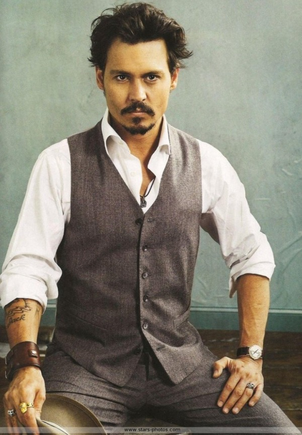 Johnny Depp avec un gilet gris