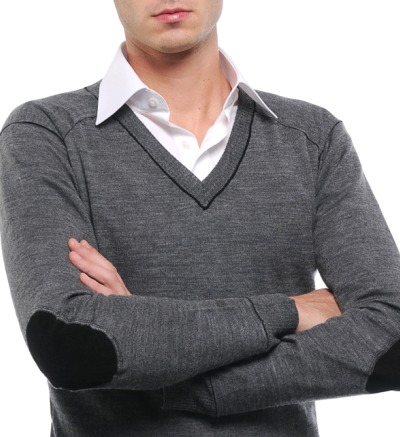 Pull gris en V avec chemise trop grande