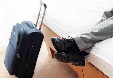 homme-valise-chambre-hotel