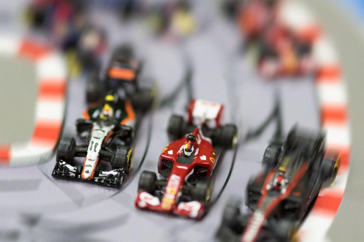 Sebastian Vettel, sur sa Ferrari, à la lutte avec la Force India de Sergio Perez et Jenson Button à bord de sa McLaren
