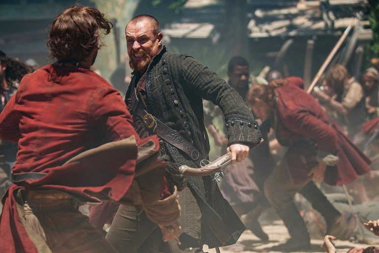 Toby Stephens as Captain Flint and Luke Arnold as John Silver in Black Sails XXXI