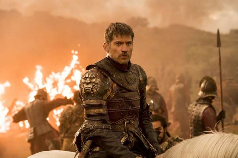 Jamie Lannister on a horse as battle rages around him on Game of Thrones