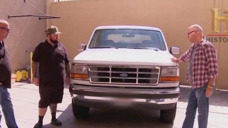 O.J. Simpson's Ford Bronco in a yard as Pawn Star's team consider buying it