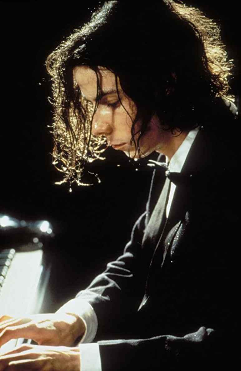 Noah Taylor playing the piano as David Helfgott in Shine