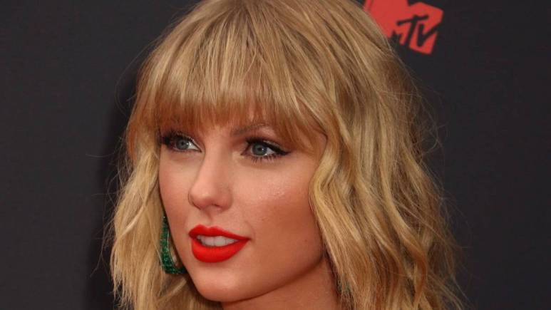 Taylor Swift attending the 2019 MTV VMA Awards