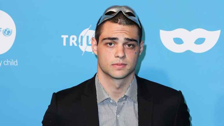 noah centineo knee injury in focus at peoples choice awards