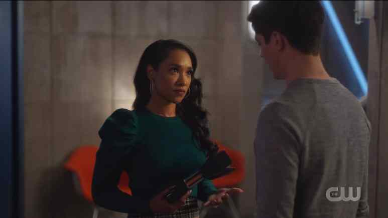 Barry (Grant Gustin) entrusts Mirror Iris (Candice Patton) with the mirror gun. Pic credit: The CW