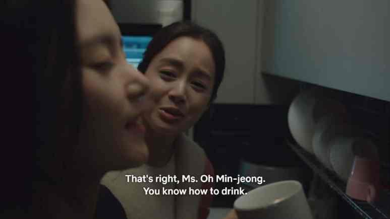 Oh Min-Jung drinking soju with Cha Yu-Ri watching