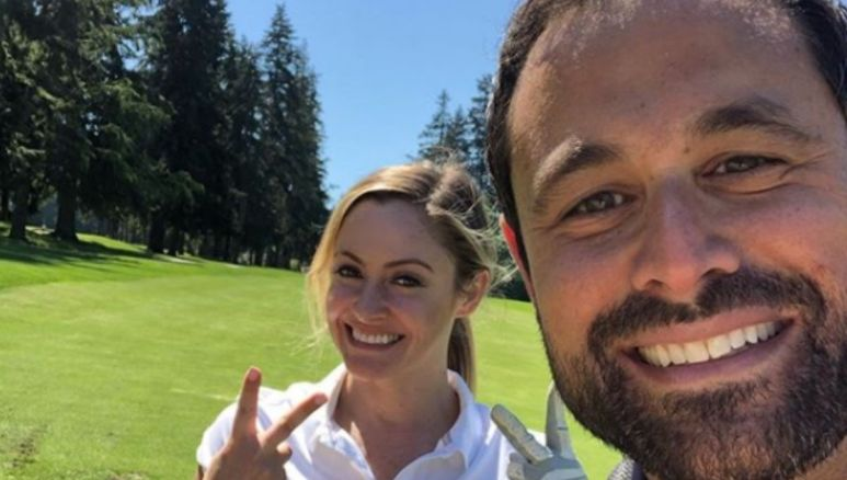 Jason Mesnick poses with wife Molly Malaney on the golf course