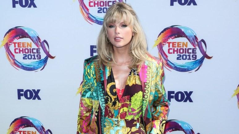 Taylor Swift posing at the 2019 Teen Choice Awards.