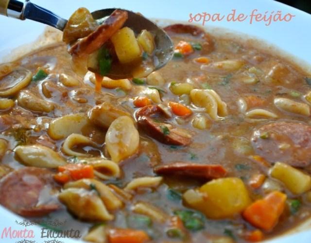 Sopa de Feijão, com legumes, linguiça defumada e macarrão é deliciosa e fácil de fazer.