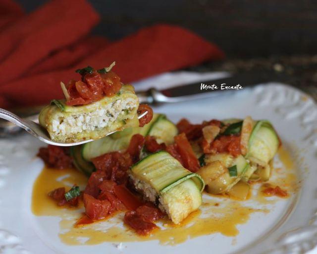 Trouxinha de abobrinha com ricota e tomate quente!