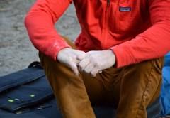 Le mani di Tommy Caldwell con indosso il pile R1. Foto Gian Luca Gasca