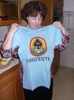 Gianna Confente con t-shirt con logo Mario Confente