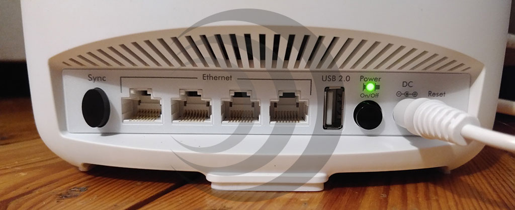 There are four RJ45 LAN ports on the back of the Orbi satellite. (Photo: moobilux.com)