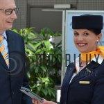 Übergabe des ersten iPads an die Flugbegleiter. (Foto: Lufthansa)