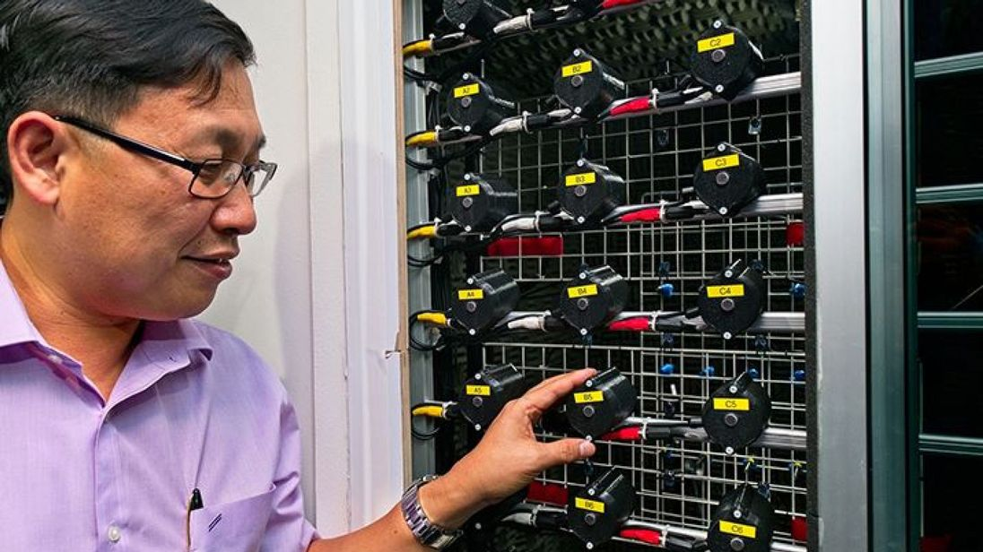 "Direktor Gan Woon-Seng zeigt seinen ""Lärmvernichter"" wirkungsvollen am Fenstergitter (Foto: ntu.edu.sg)"