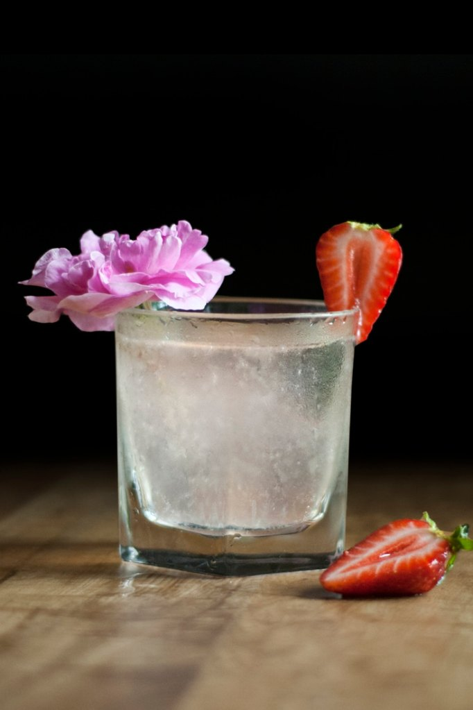 saffron-and-rose-gin-lemonade-cocktail-recipe-01-8844374