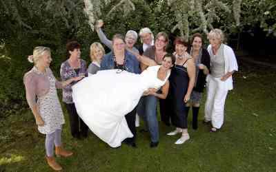 De bruid optillen met een groep vriendinnen