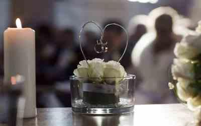 De trouwringen hangen in een hart tijdens de kerkdienst