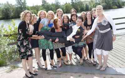 Vriendinnen van de bruid tillen de bruidegom op