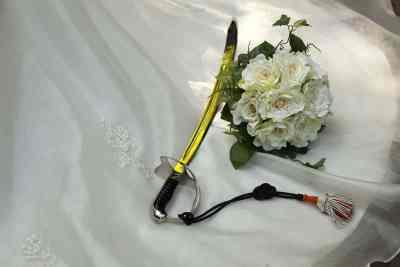 sabel zwaard bruidsboeket trouwjurk stilleven trouwen trouwdag bruiloft
