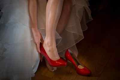 rode trouwschoenen bruid