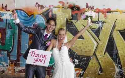 Foto idee voor het bedankkaartje / Trouwfoto's met graffiti muur