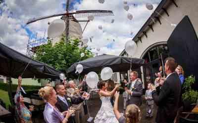 Ballonnen oplaten met een kaartje op de bruiloft