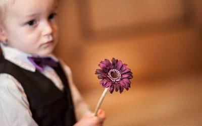 Bruidsjonkers brengen de trouwringen met bloemen