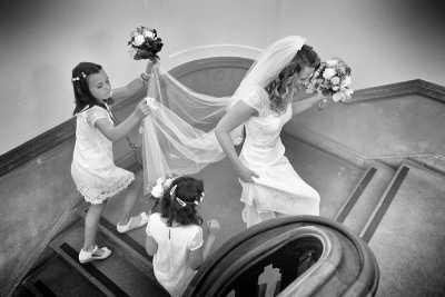 bruidsfotografie bruid & bruidsmeisjes zwart-wit trouwfoto fotojournalistiek Hoofddorp Amsterdam fotograaf