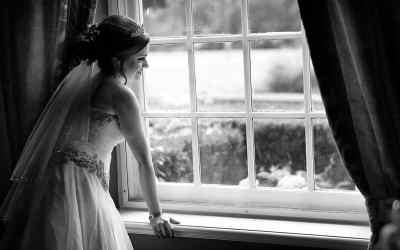 Bruid bij raam