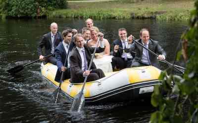 Bruidspaar in het huwelijksbootje