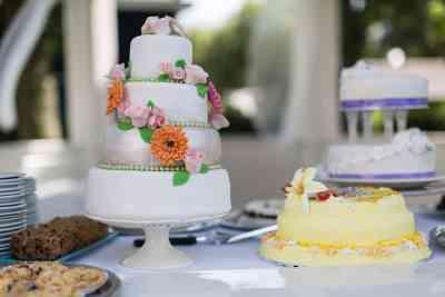 zelfgemaakte bruidstaart gasten trouwdag