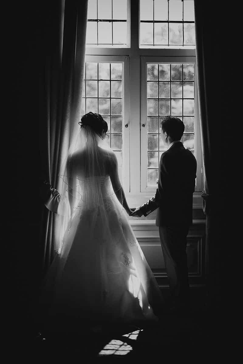 bruidspaar raam silhouet