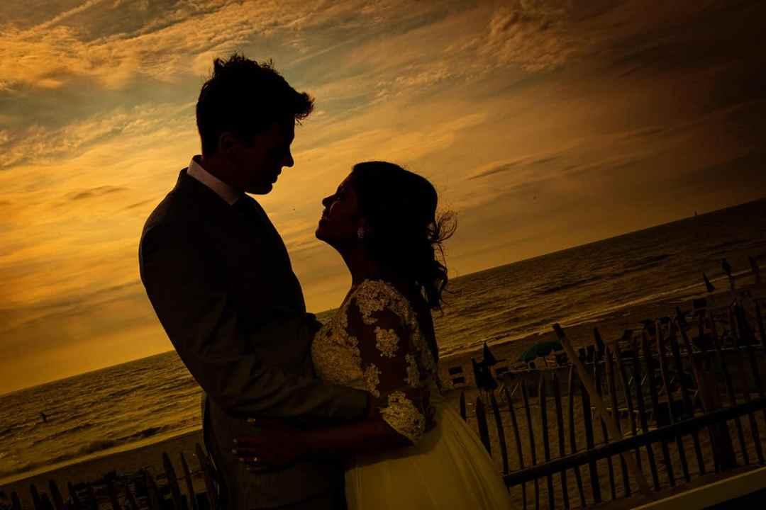strand bruidspaar silhouet