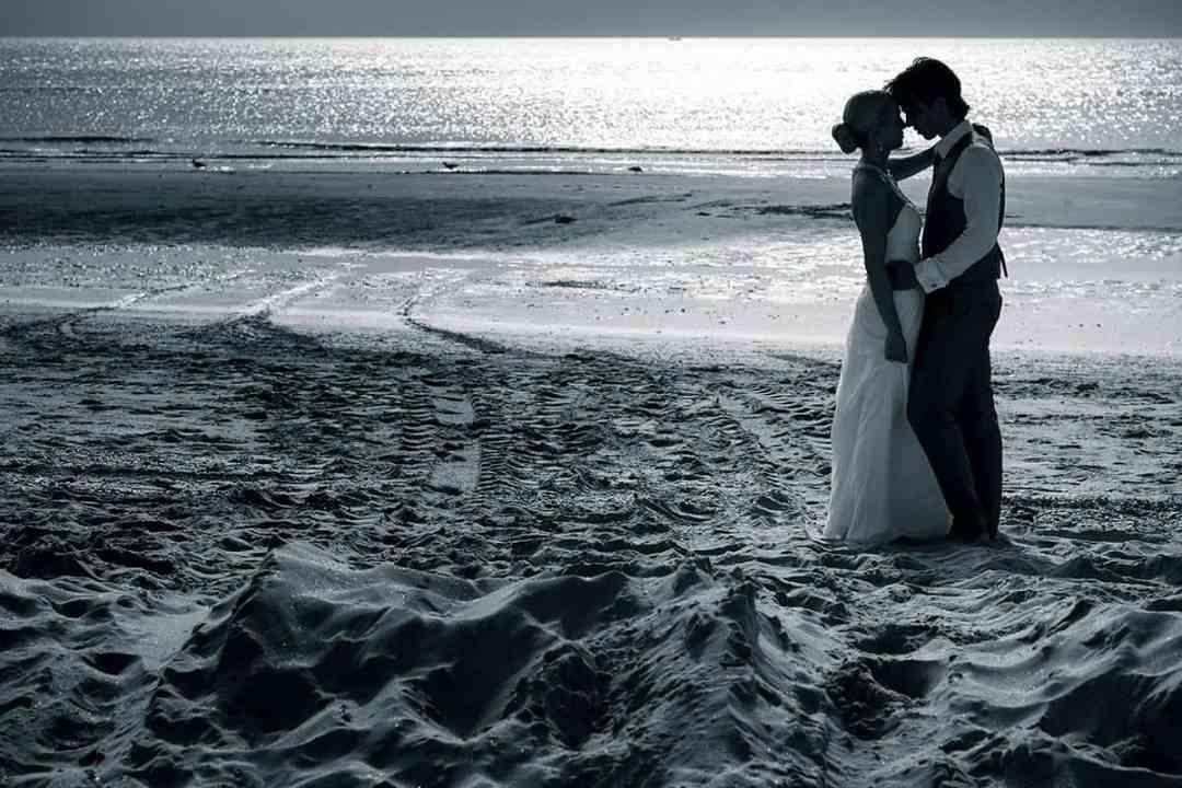 bruidspaar strand trouwfoto fotograaf