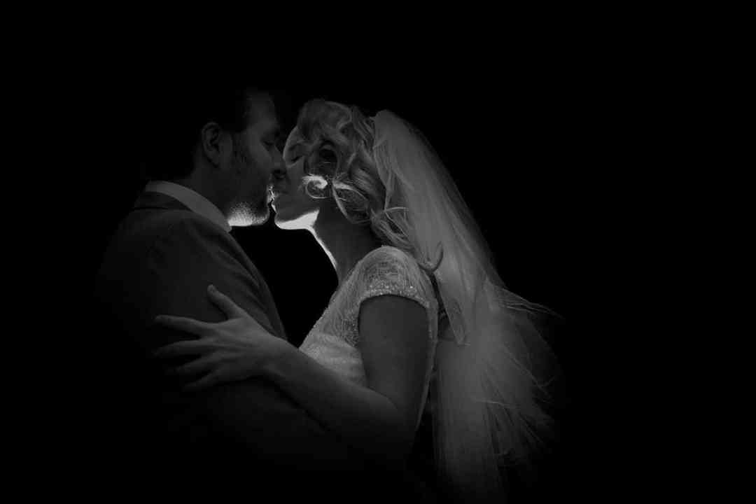 zwart-witfoto bruidspaar kus