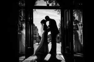 zwart-witfoto bruidspaar silhouet trouwdag