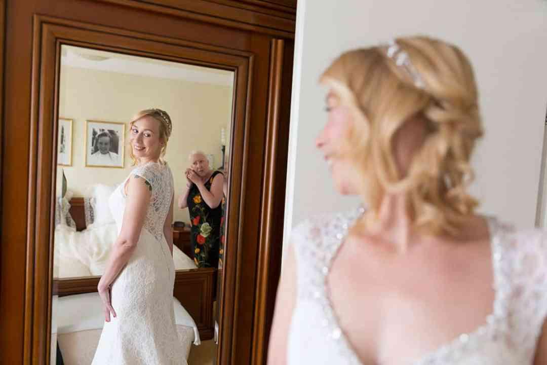 aankleden trouwjurk trouwdag