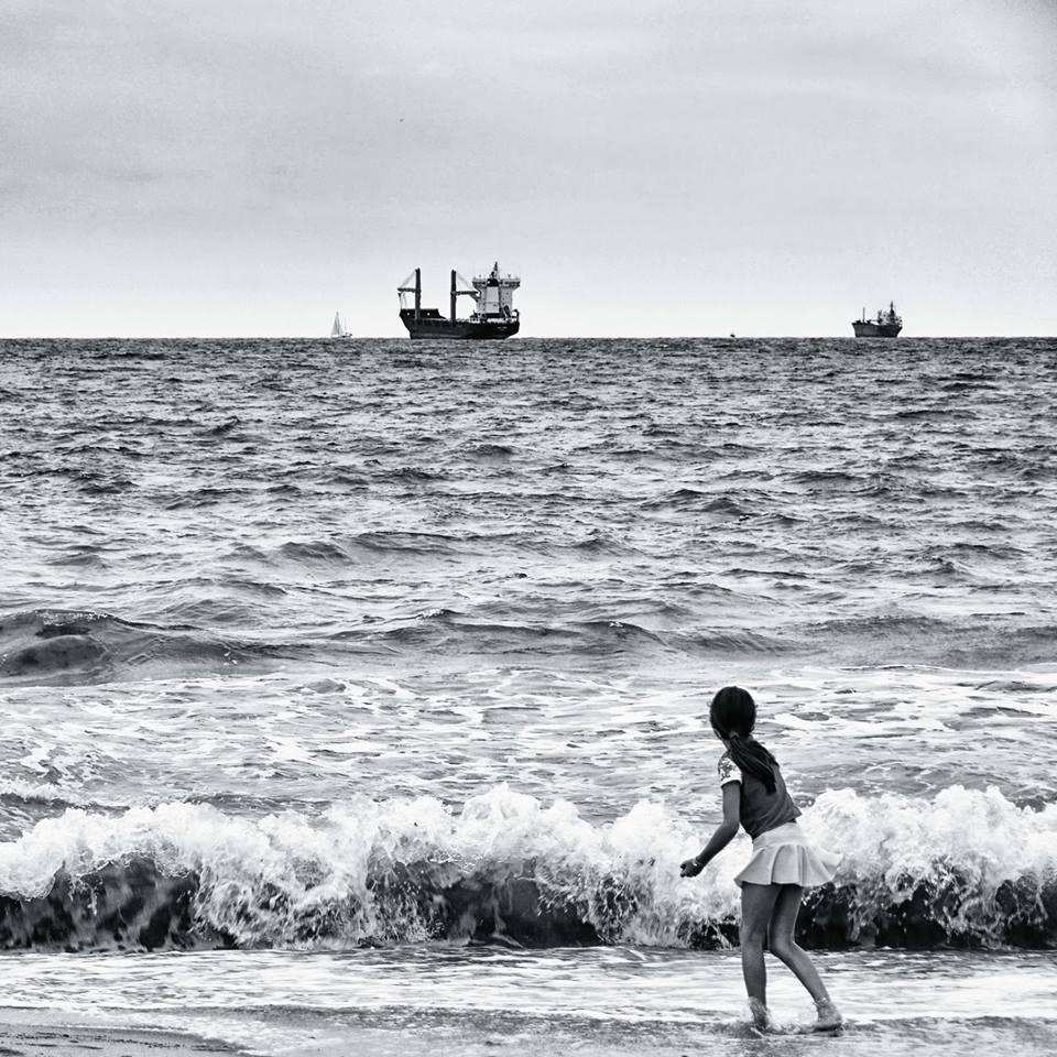 """Muestra de Fotografía de MoonMagazine en Facebook. """"Batalla Naval en la playa de El Saler"""", Valencia. Susana Muñoz"""