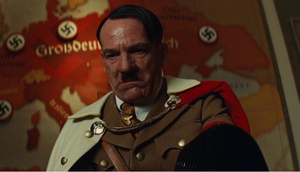 """Detalle del atuendo elegido por Anna Sheppard para caracterizar al personaje de Hitler en """"Malditos Bastardos""""."""