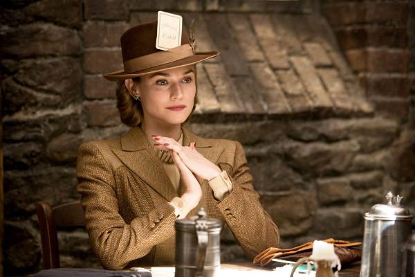 Bridget von Hammersmark luce uno de los trajes más elegantes de la película