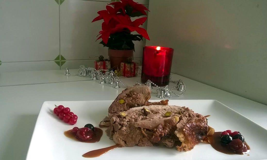 Pintada (gallina de Guinea) rellena con salsa de frutos rojos. Receta de Iñaki Rodríguez.