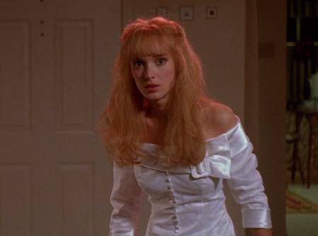 Kim con el vestido icónico blanco. . El escote está dispuesto por una gran hebilla, evocando a las correas del traje de Edward.