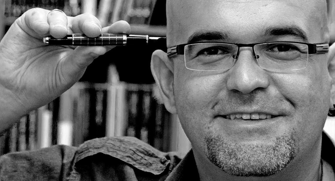 """La otra vida de Ned Blackbird: el """"otro"""" Alexis Ravelo. Entrevista al autor canario por Pilar García."""